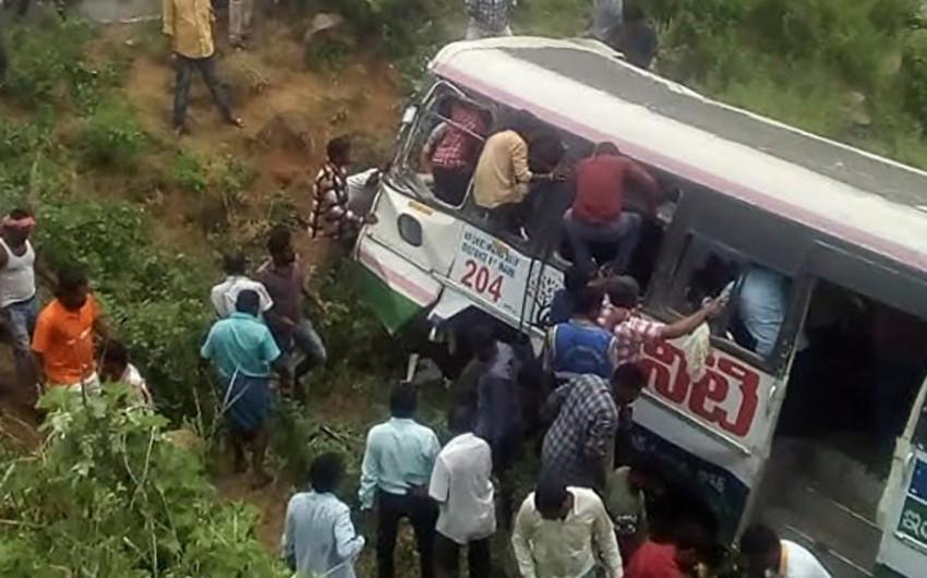 Hindistanda sərnişin avtobusu dərəyə yuvarlanıb, ölənlər və yaralananlar var - FOTO