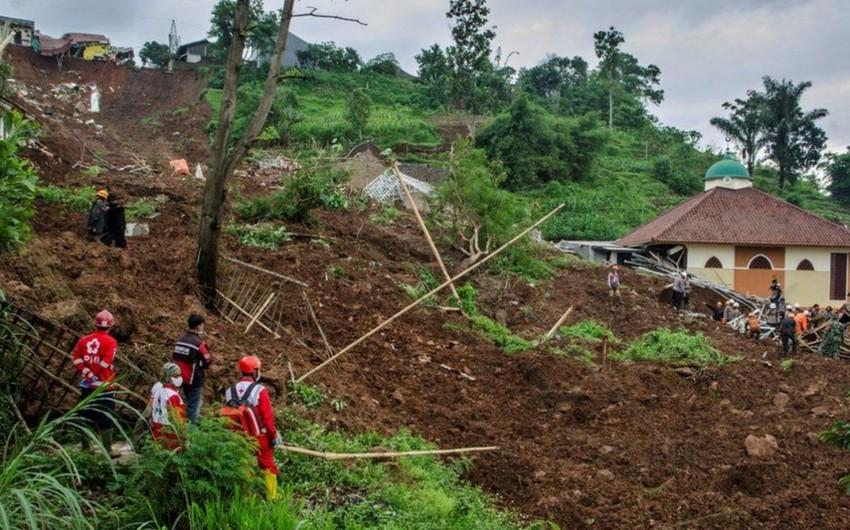 Число жертв оползня в Индонезии возросло до 18
