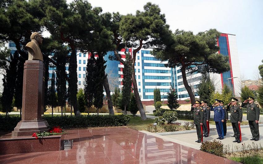 Zakir Həsənov hospitalda müalicə olunan hərbçilərə baş çəkib