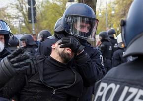 Almaniyada etiraz aksiyasında onlarla polis əməkdaşı xəsarət alıb