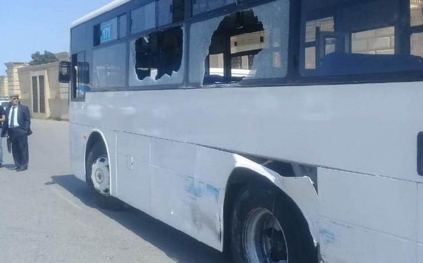 В Баку пассажирский автобус столкнулся с краном - ФОТО
