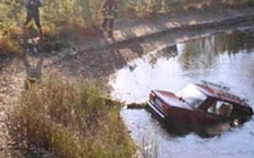 Salyanda minik avtomobili kollektora düşüb, sürücü ölüb