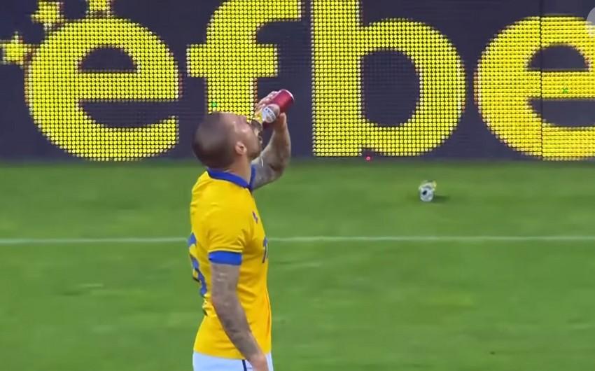 Bolqarıstanın Vereya klubunun müdafiəçisi oyun zamanı pivə içərək qol vurub - VİDEO