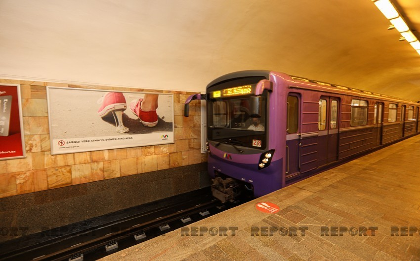 Bakı metrosunda qadın qatar yoluna düşüb