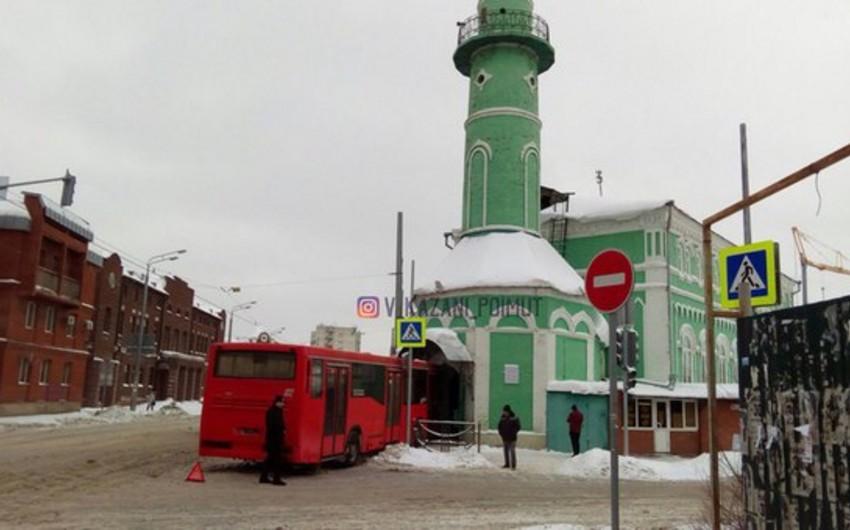 Kazanda avtobus məscidin qapısına çırpılıb