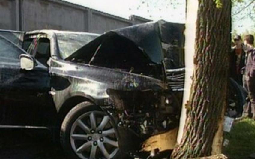 Beyləqanda avtomobil ağaca çırpılıb: 3 yaralı
