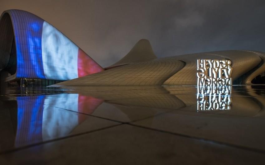 На здании Центра Гейдара Алиева появилась видеопроекция флага Франции - ФОТО