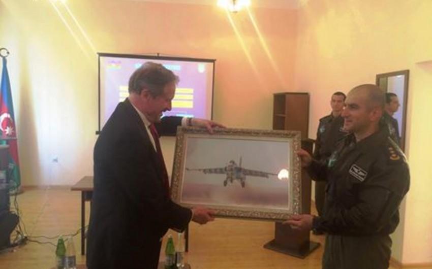 Посол США провел встречу с пилотами ВВС Азербайджана