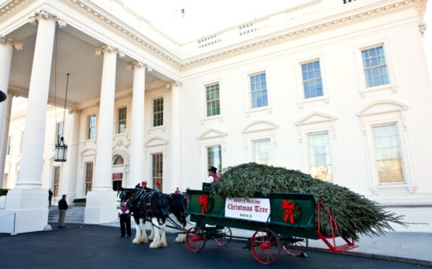 The Obamas kick off Christmas at the White House
