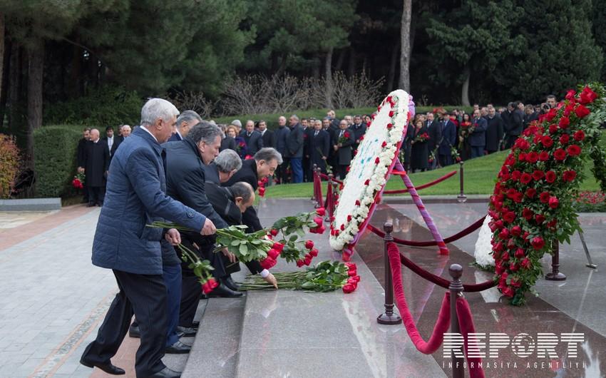 Руководство партии Ени Азербайджан посетило могилу общенационального лидера Гейдара Алиева