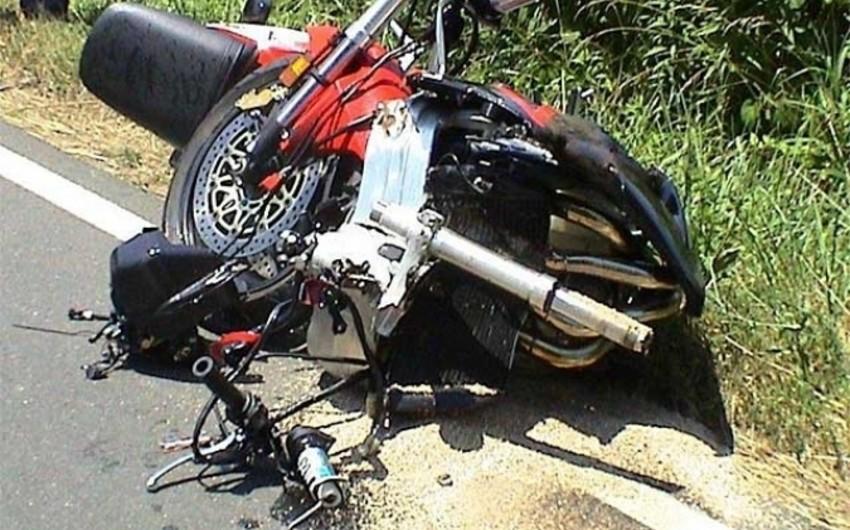 Ağstafada motosiklet ağaca çırpılıb, sürücü xəsarət alıb