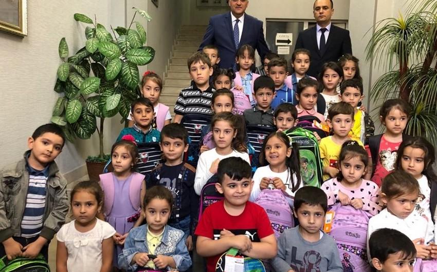 Aztəminatlı ailələrdən olan uşaqlara məktəbli çantası və ləvazimatları verilib
