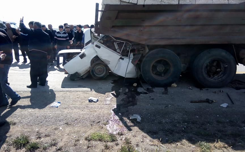 """Bakıda """"KamAZ""""la toqquşan avtomobilin sürücüsü ölüb"""