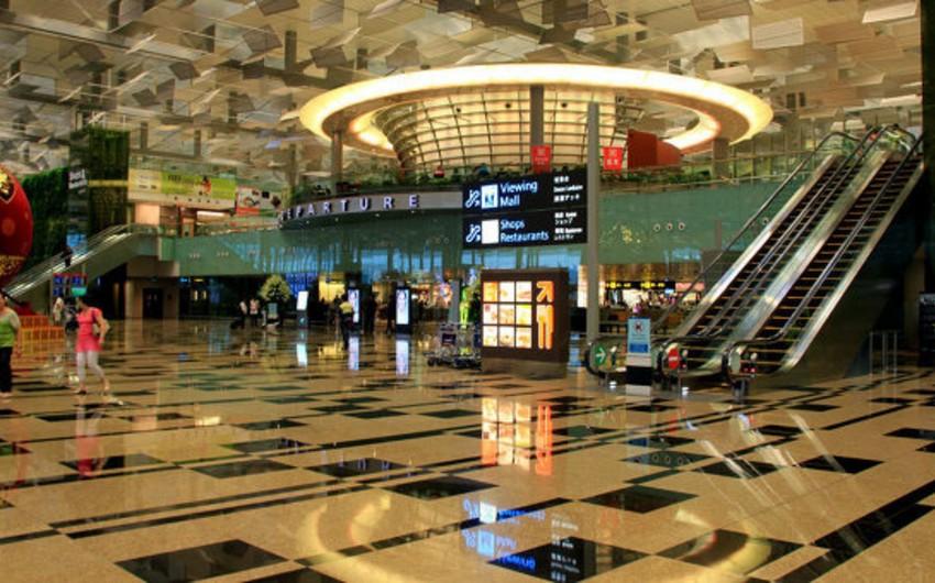 Sinqapur hava limanında eniş zamanı Boeing 777 alovlanıb
