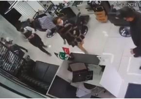 В Баку толкнувший женщину полицейский снят с должности