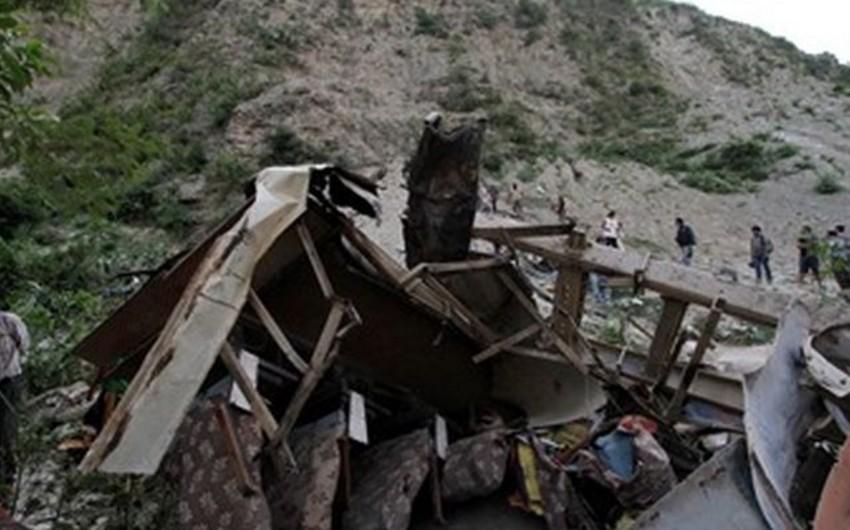 Nepalda avtobus dərəyə aşıb, 18 nəfər ölüb