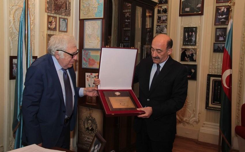 Народному писателю Анару вручили Почетный диплом президента Азербайджана