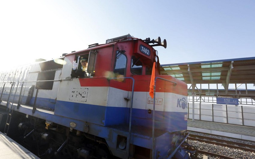 For first time in a decade, a South Korean train rolls into the North