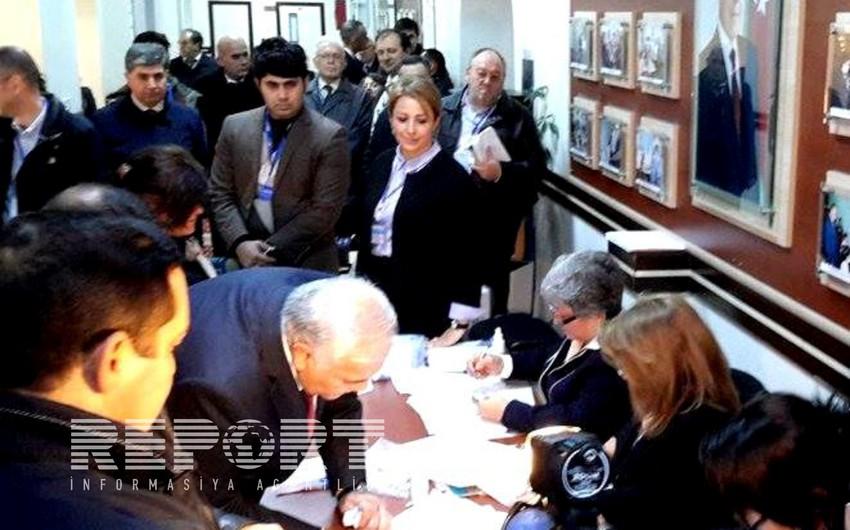 Oqtay Əsədov parlament seçkilərində səs verib - FOTO