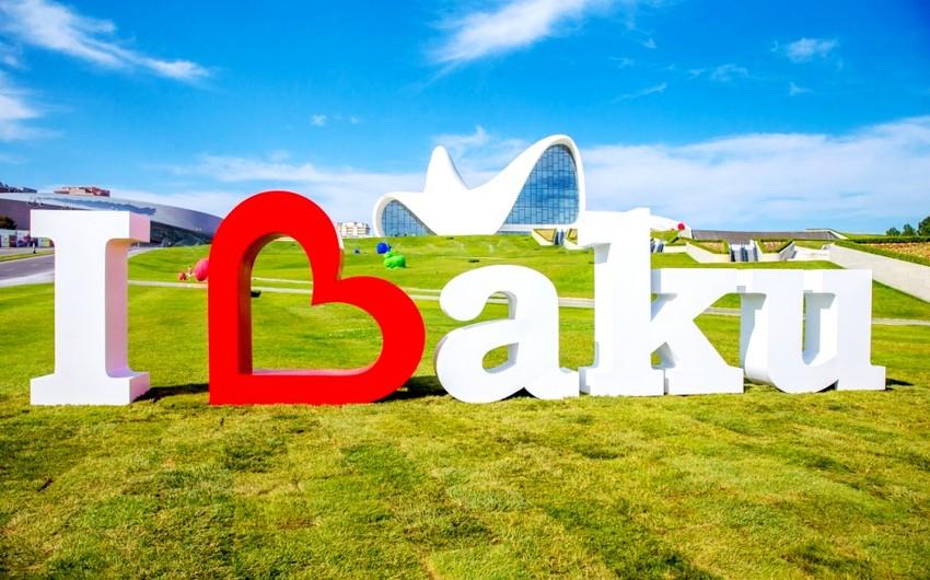 """Heydər Əliyev Mərkəzinin parkında """"I Love Baku"""" incəsənət kompozisiyası açılıb"""