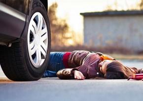 Bakıda yolu keçən gənc qızı avtomobil vurdu