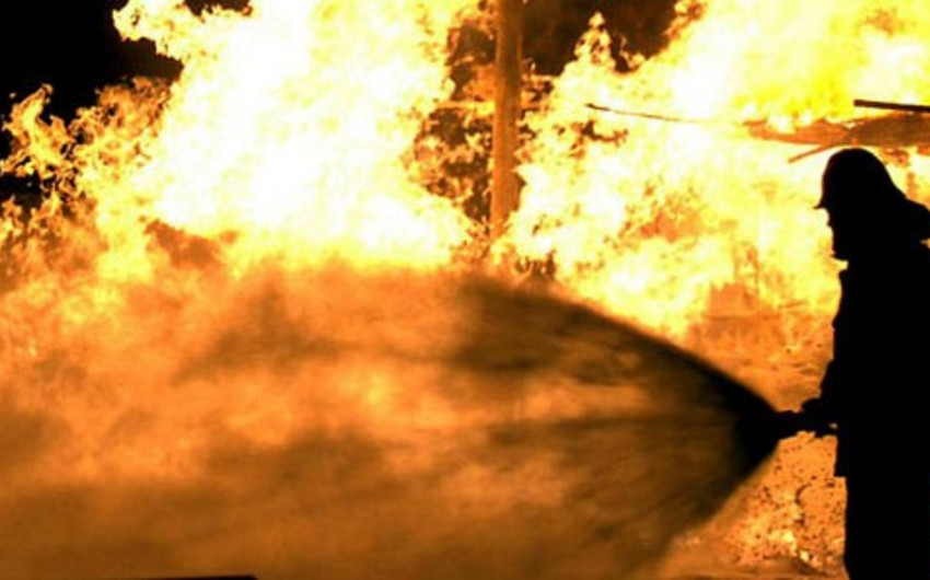 Sabunçuda ev yanıb