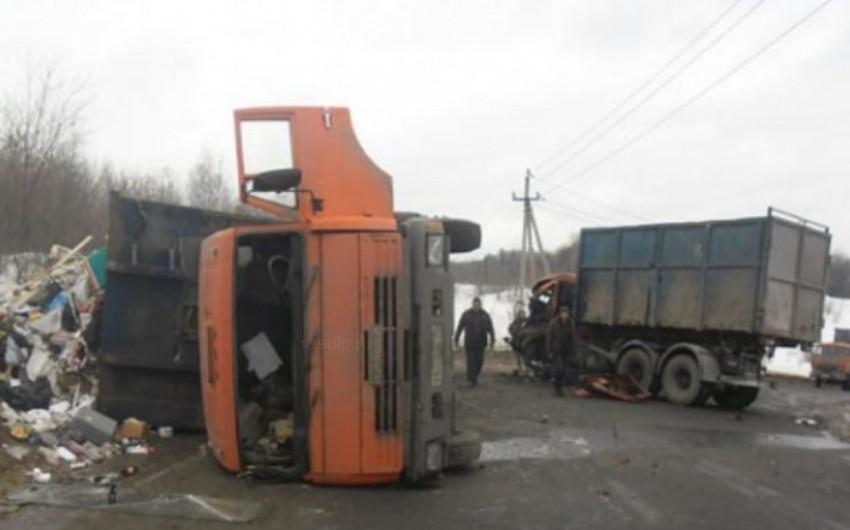 Siyəzəndə iki yük maşını toqquşub, 24 yaşlı sürücü ölüb