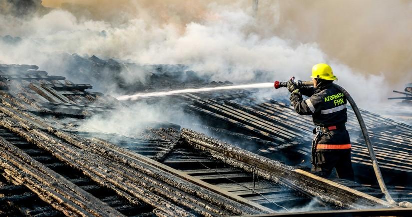 Bakıda evin dam örtüyü yandı