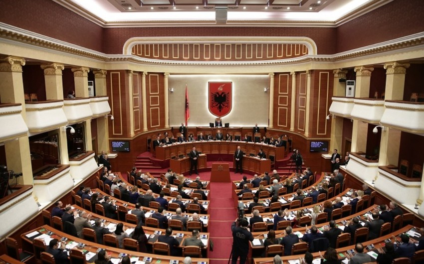 Albaniya prezidentinə etimadsızlıq göstərildi