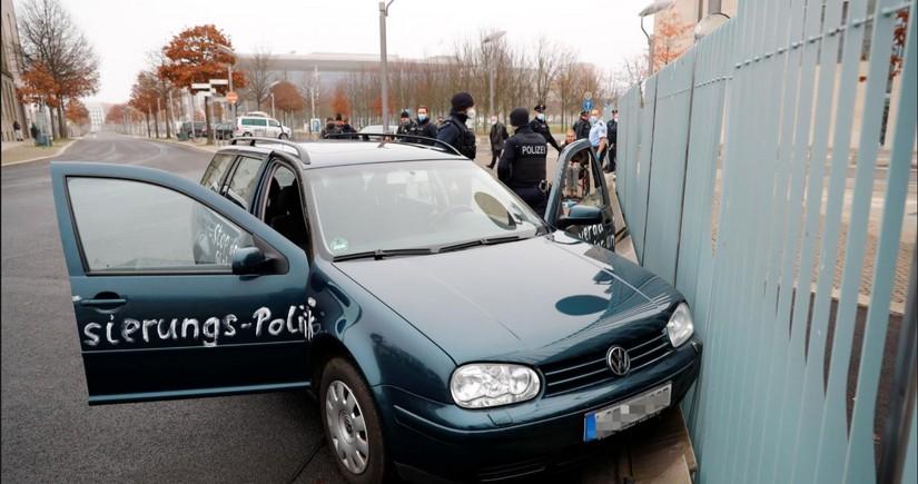 Автомобиль врезался в ворота ограждения офиса Меркель в Берлине