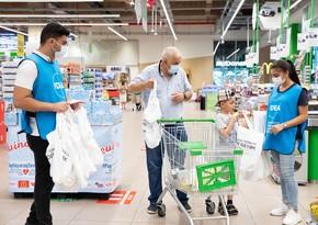 Plastiksiz iyul hərəkatı çərçivəsində alıcılara eko-çantalar paylanılıb