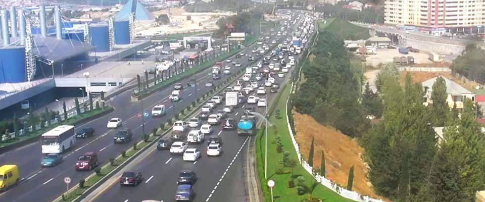 На шоссе Баку-Сумгайыт отмечается плотное движение автомобилей