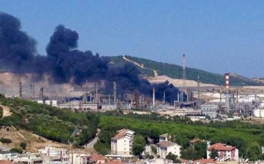 İzmirdə neft emalı zavodu yanır