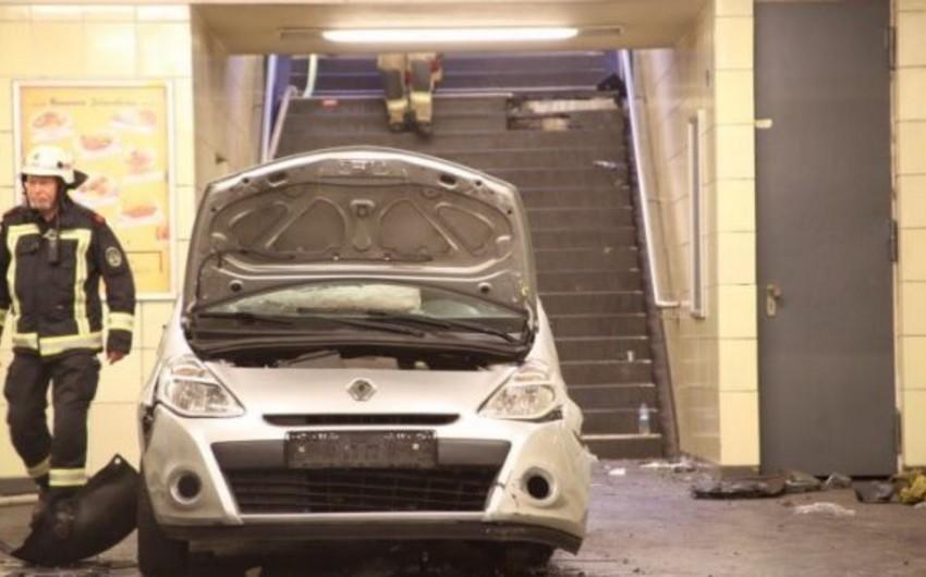 Berlində maşın metroya girib, 6 nəfər xəsarət alıb
