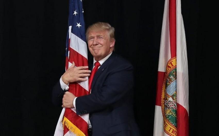 Tramp Vaşinqtondakı çıxışından sonra Amerika bayrağını bərk qucaqlayıb - VİDEO