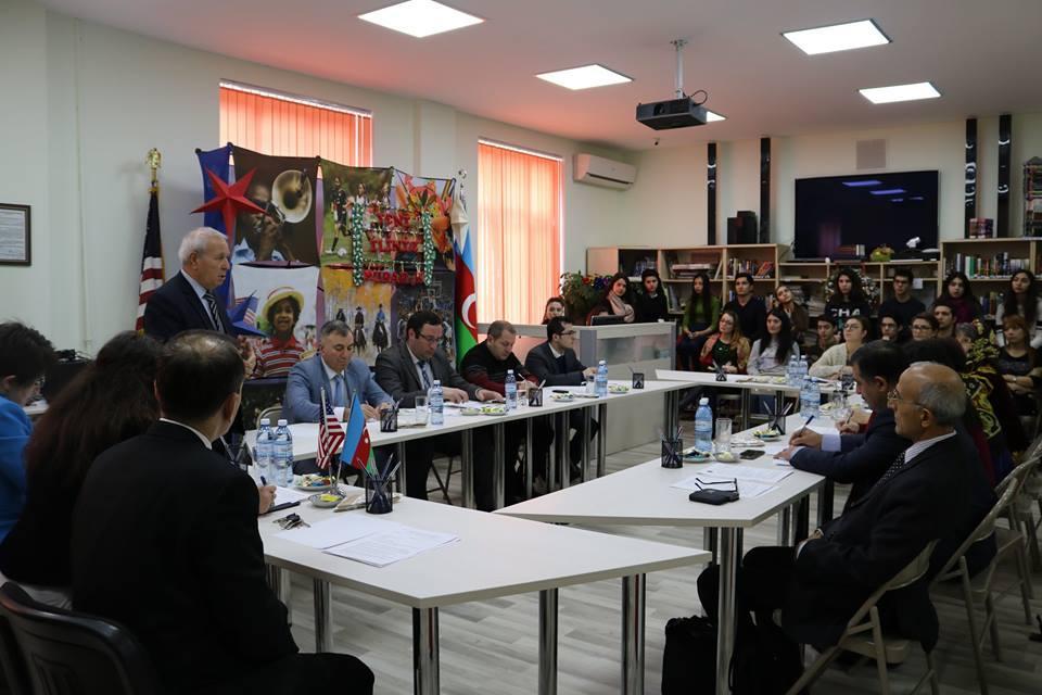 """""""Azərbaycan və ABŞ multikulturalizm modelləri: müqayisəli təhlil"""" mövzusunda """"dəyirmi masa"""" keçirilib"""