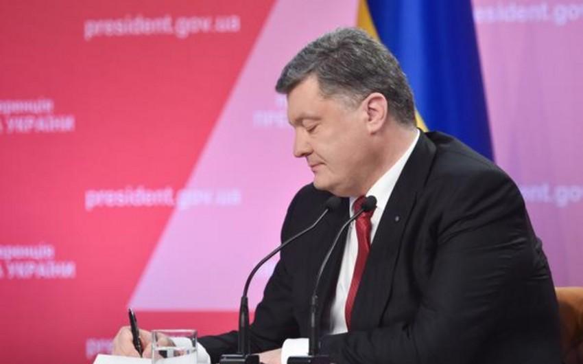 Poroşenko blokdankənar statusdan imtina haqda qanunu imzalayıb