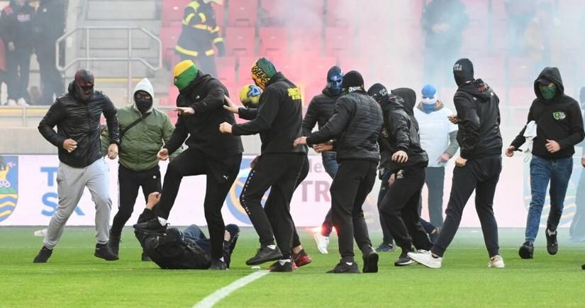 Slovakiyada futbol matçı azarkeşlərə görə yarımçıq dayandırılıb