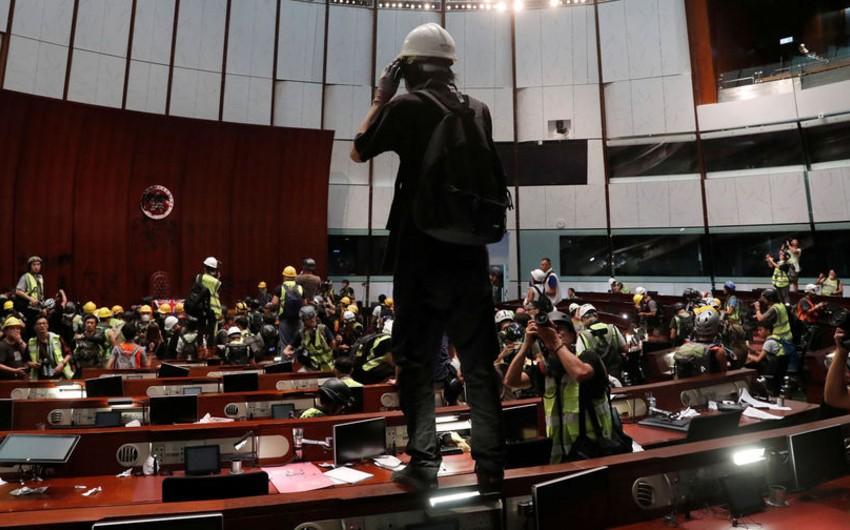 Honkonq polisi parlament binasını aksiyaçılardan azad edib - FOTO