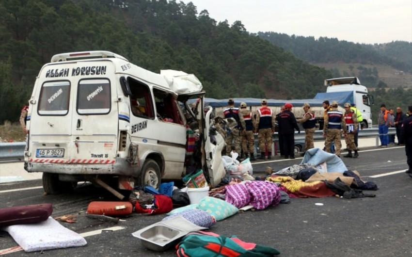 Türkiyədə avtomobil qəzası olub: 8 nəfər ölüb, 8-i yaralanıb - VİDEO