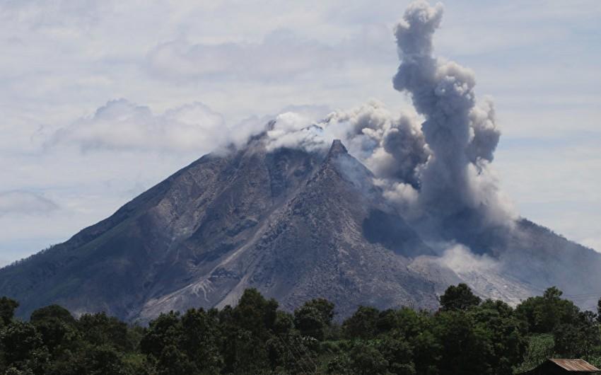 İndoneziyada vulkan püskürüb - VİDEO