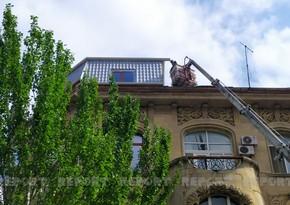 Bakıda tarixi binanın üzərində tikilən mansard sökülür