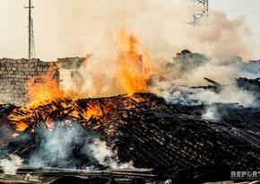В Ширване пожилой мужчина задохнулся от дыма во время пожара и умер