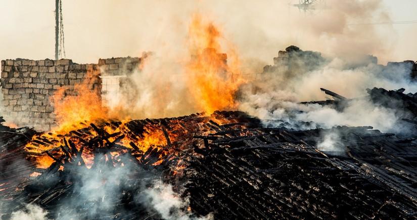 В Ширване пожилой мужчина задохнулся от дыма во время пожара