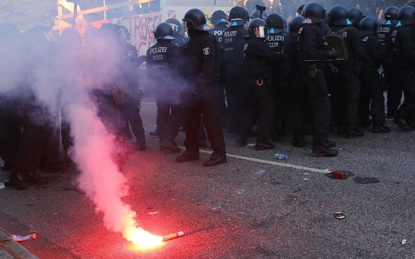 Hamburqda baş vermiş toqquşmalarda 74 polis əməkdaşı xəsarət alıb