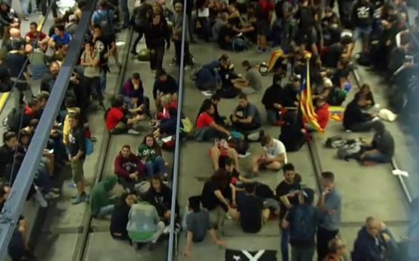 Catalan protests: Roads and train lines blocked in Barcelona