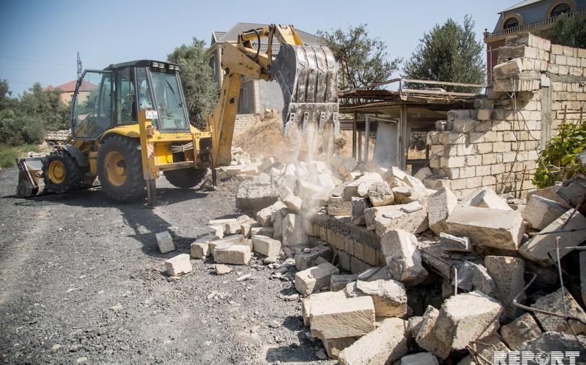 Бакинская ИВ демонтировала ограждения на незаконно захваченных земельных участках