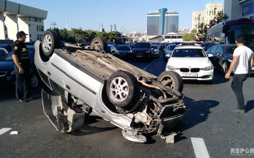 Во время ДТП в центре Баку перевернулся автомобиль - ФОТО