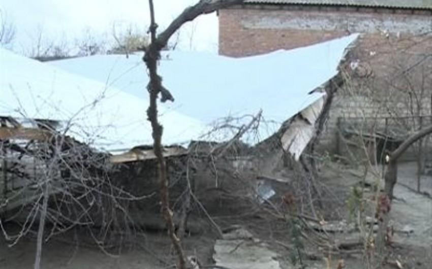 Güclü külək Yardımlıda elektrik dirəklərini aşırıb, evlərin dam örtüklərini uçurub