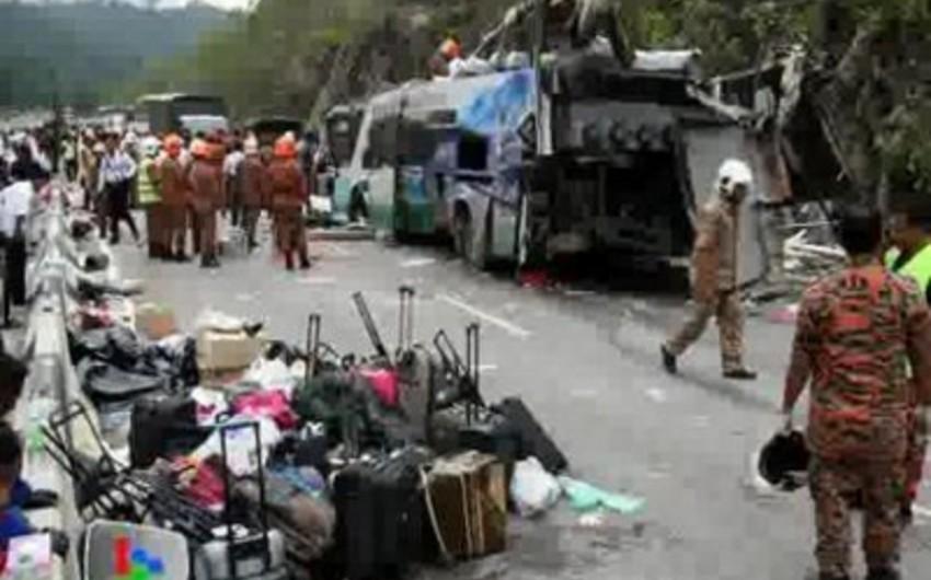 Çində məmurların olduğu avtobus çevrilib